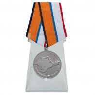 Медаль За возвращение Крыма на подставке