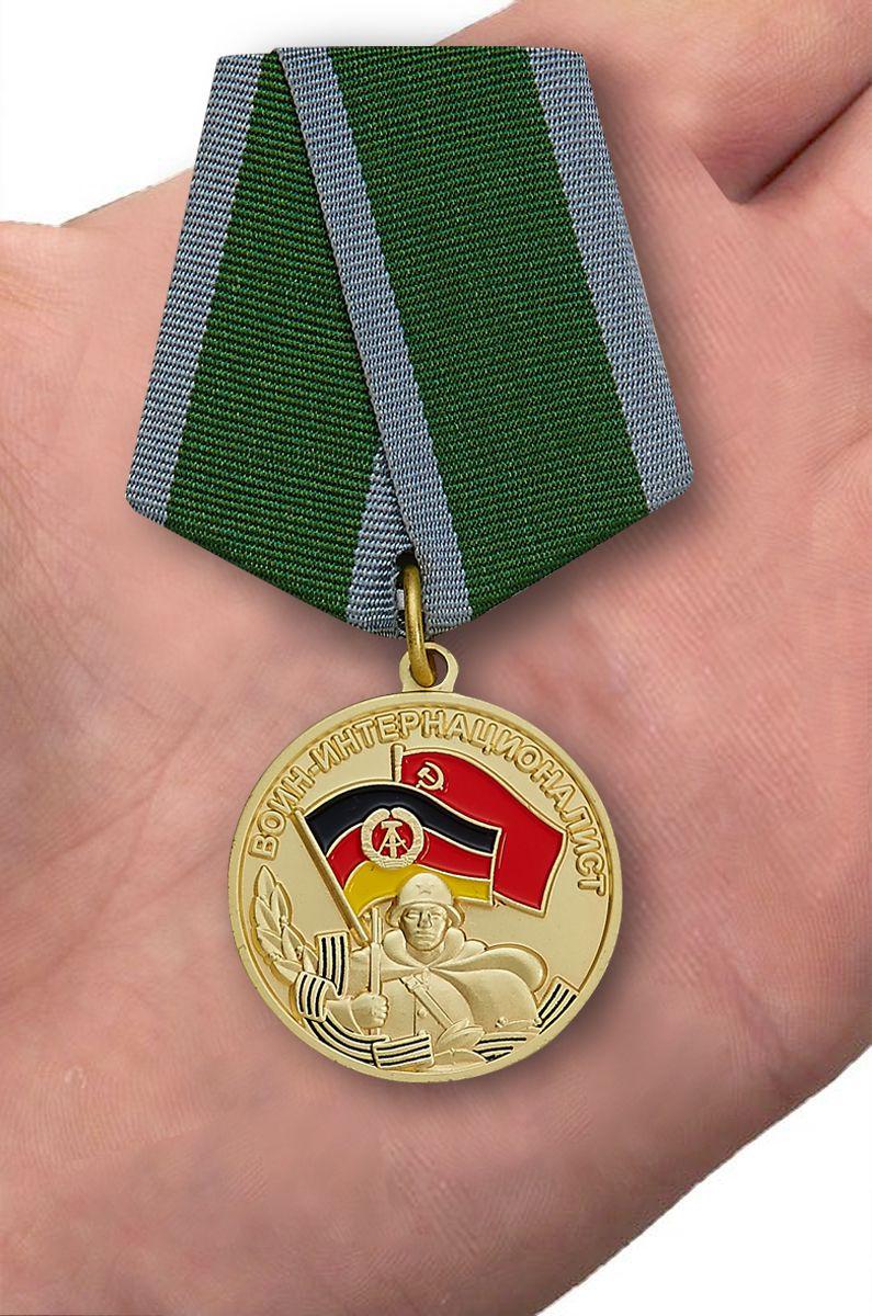 """Медаль  Воин-интернационалист """"За выполнение интернационального долга в Германии"""" - вид на ладони"""
