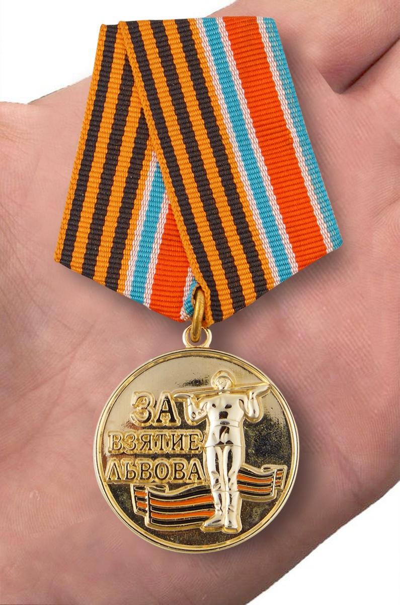 Медаль За взятие Львова в футляре с удостоверением - вид на ладони