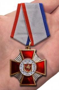 """Медаль """"За защиту Крыма"""" в футляре из темно-бордового флока - вид на ладони"""