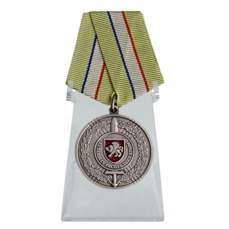 Медаль За защиту Республики Крым на подставке