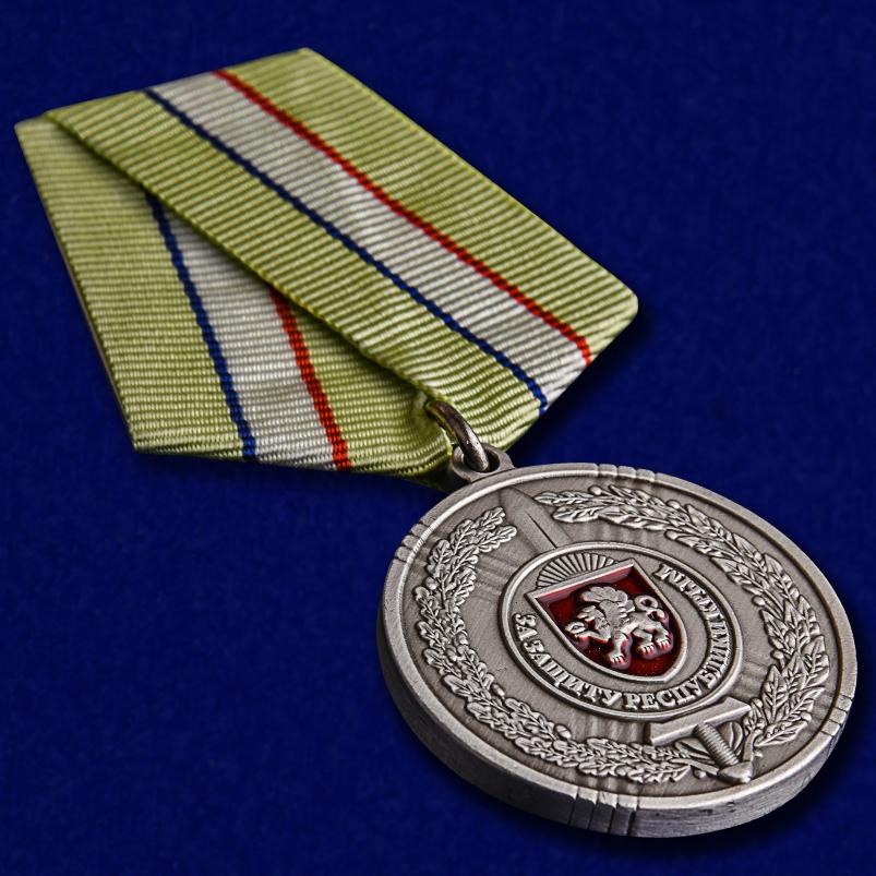 """Медаль """"За защиту Республики Крым"""" в футляре из бархатистого флока с пластиковой крышкой - общий вид"""