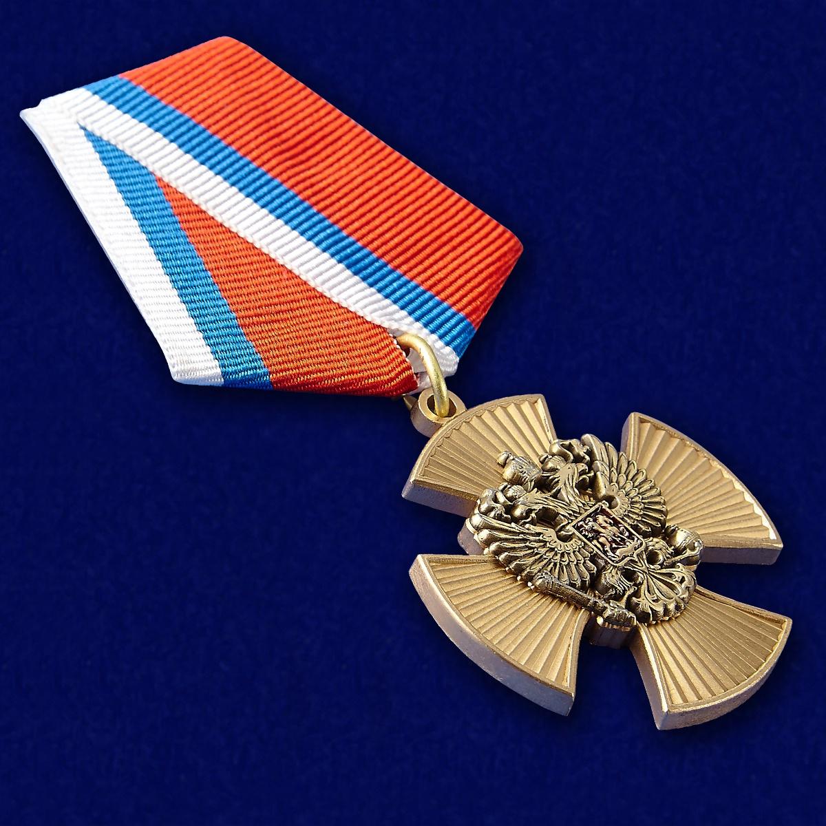 Медаль За заслуги (крест с накладным орлом РФ) - вид под углом