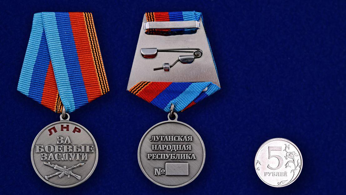 """Медаль """"За боевые заслуги"""" ЛНР в нарядном футляре из флока - сравнительный вид"""