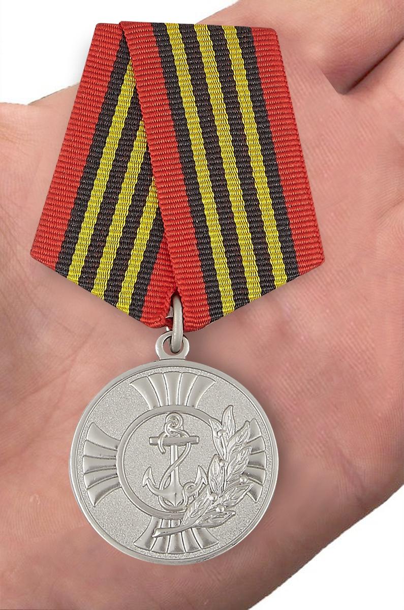 """Медаль """"За заслуги"""" Морская пехота в футляре из флока с прозрачной крышкой - вид на ладони"""