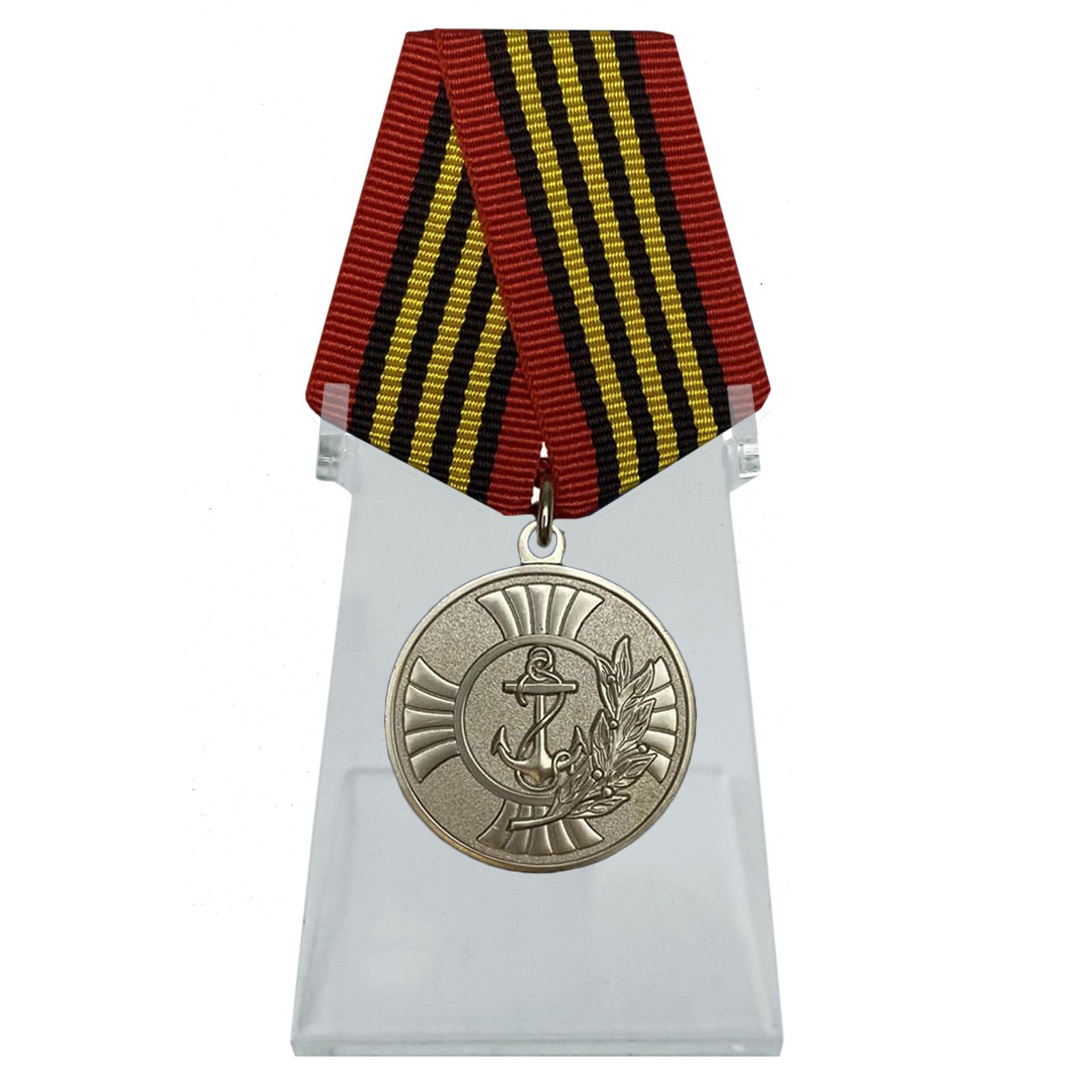 Медаль За заслуги на подставке