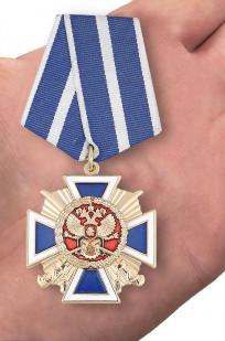 """Медаль """"За заслуги перед казачеством"""" 1 степени в бархатистом футляре из флока - вид на ладони"""