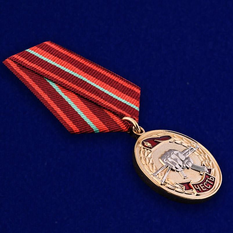 """Медаль """"За заслуги перед спецназом"""" в бархатистом футляре из бордового флока - общий вид"""