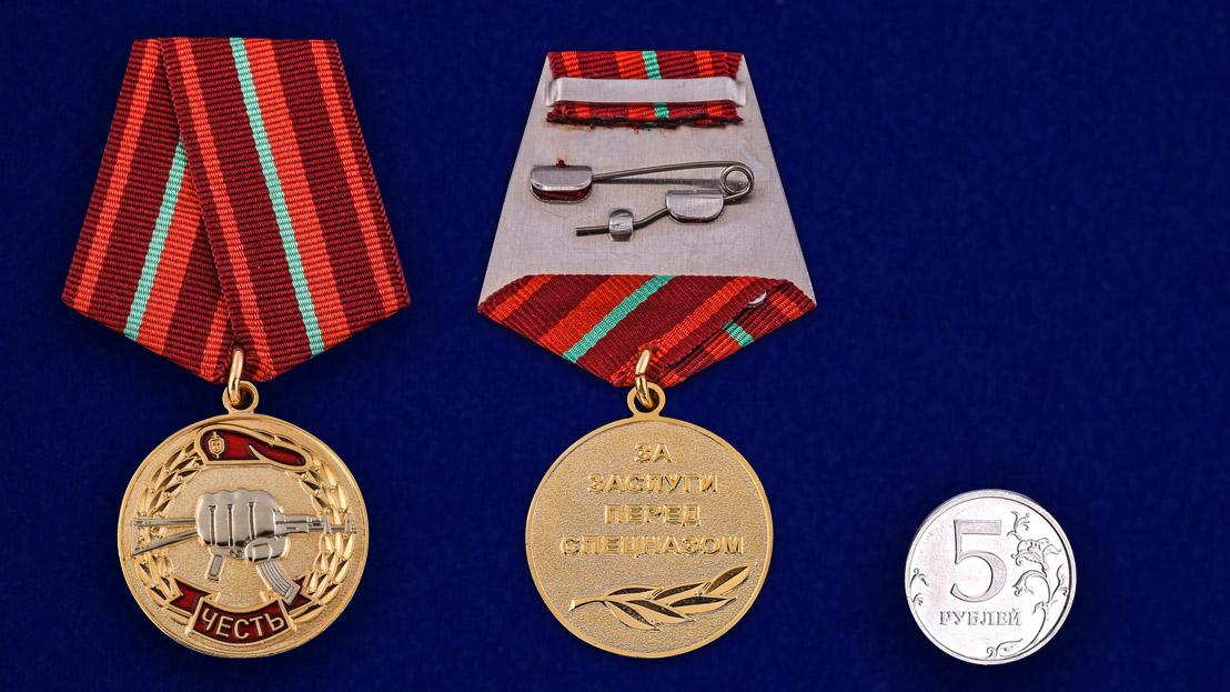 """Медаль """"За заслуги перед спецназом"""" в бархатистом футляре из бордового флока - сравнительный вид"""