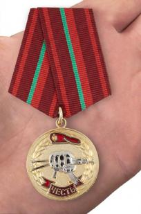 "Медаль ""За заслуги перед спецназом"" в бархатистом футляре из бордового флока - вид на ладони"