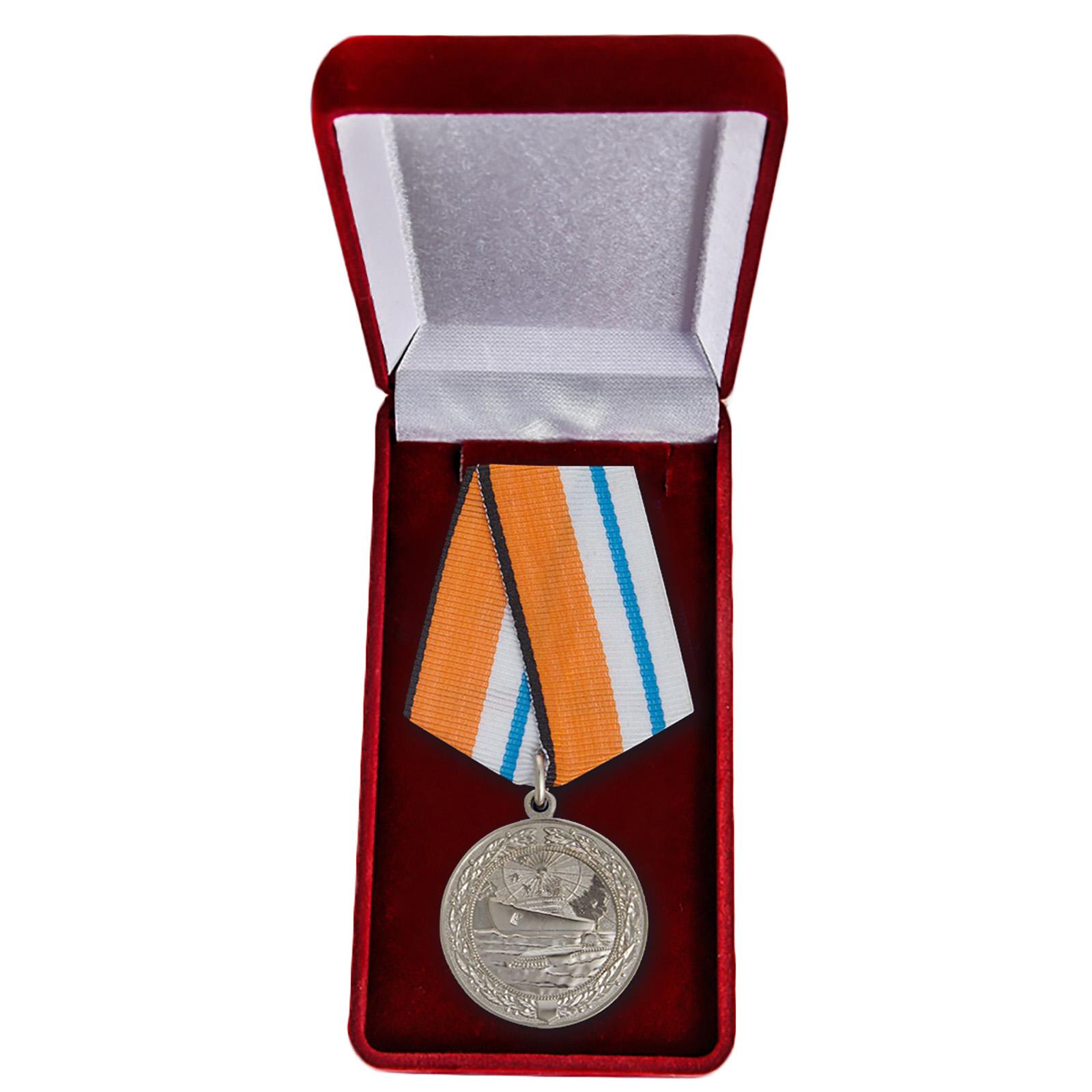 """Медаль """"За заслуги в Арктике"""" в футляре"""