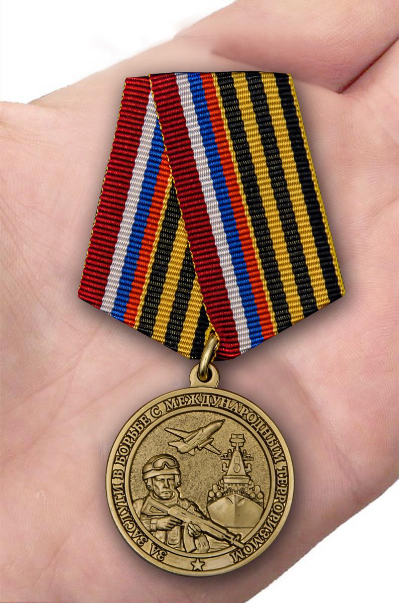Медаль За заслуги в борьбе с международным терроризмом - вид на ладони