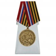Медаль За заслуги в борьбе с международным терроризмом на подставке