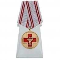 Медаль За заслуги в медицине на подставке