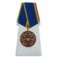 Медаль За заслуги в обеспечении экономической безопасности ФСБ РФ на подставке