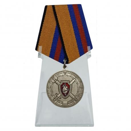 Медаль За заслуги в обеспечении законности и правопорядка на подставке