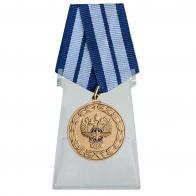 Медаль За заслуги в развитии транспортного комплекса России на подставке
