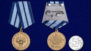 Медаль За заслуги в развитии транспортного комплекса России на подставке - сравнительный вид