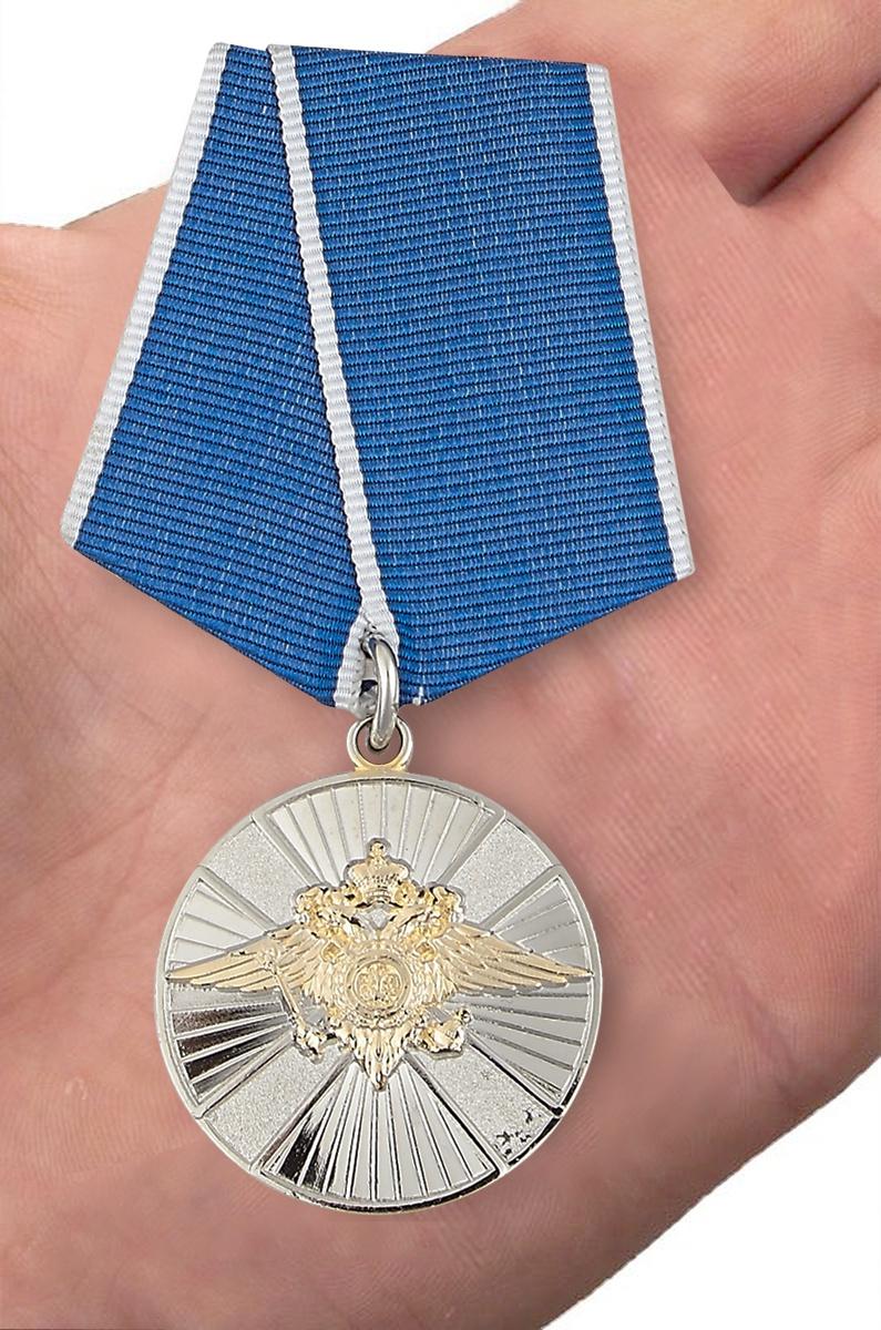 Медаль За заслуги в службе в особых условиях МВД РФ - вид на ладони