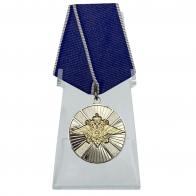 Медаль За заслуги в службе в особых условиях на подставке