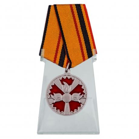Медаль За заслуги в специальной деятельности на подставке