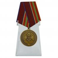 Медаль За заслуги в труде на подставке