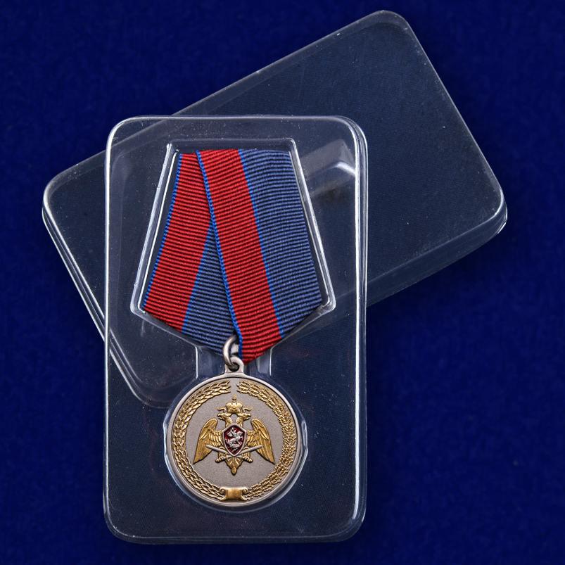 """Медаль """"За заслуги в укреплении правопорядка"""" (Росгвардии) в футляре"""