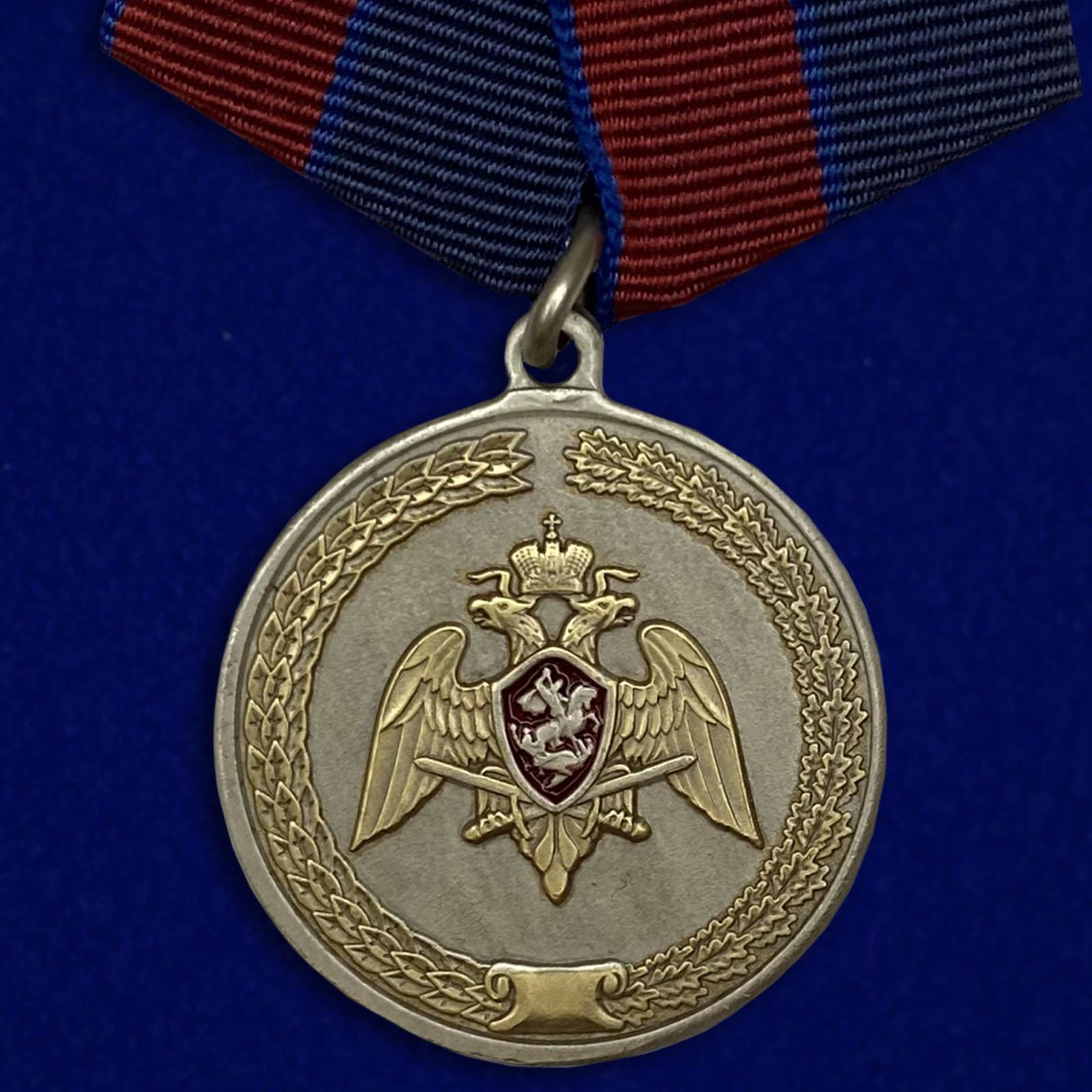 Купить медаль За заслуги в укреплении правопорядка (Росгвардии) на подставке онлайн
