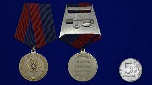 Медаль За заслуги в укреплении правопорядка (Росгвардии) на подставке - сравнительный вид