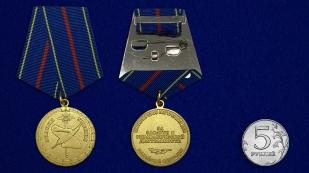 Медаль За заслуги в управленческой деятельности МВД РФ 1 степени на подставке - сравнительный вид
