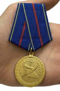 Медаль За заслуги в управленческой деятельности МВД РФ 1 степени на подставке - вид на ладони