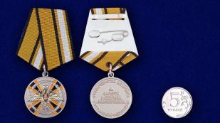 Медаль «За заслуги в ядерном обеспечении» - сравнительный размер