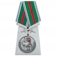 Медаль Защитник границ Отечества с мечами на подставке