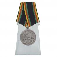 Медаль Защитнику Отечества на подставке