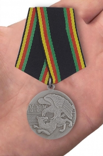 Медаль Защитнику Отечества - вид на ладони