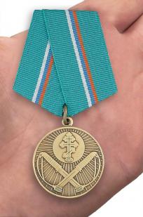 """Медаль """"Защитнику рубежей Отечества"""" в футляре с покрытием из флока - вид на ладони"""