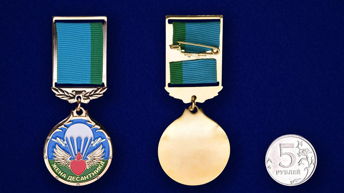 """Медаль """"Жена десантника"""" в футляре из темно бордового флока - сравнительный вид"""