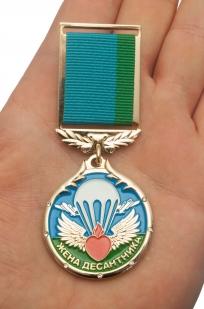 "Медаль ""Жена десантника"" в футляре из темно бордового флока - вид на ладони"