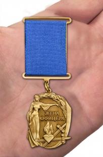"""Медаль """"Жена офицера"""" в футляре из бархатистого флока - вид на ладони"""