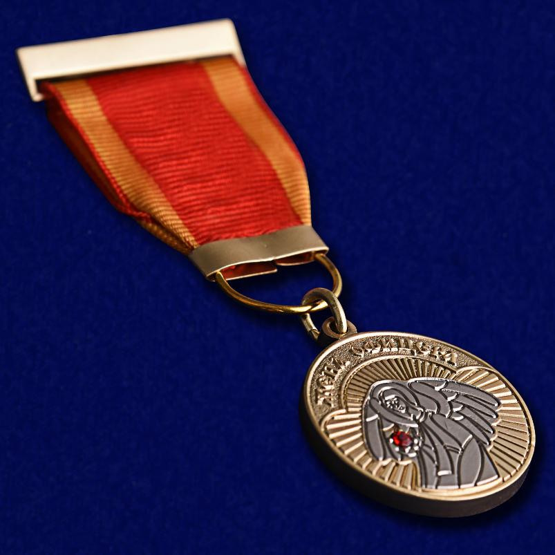 """Медаль """"Жена офицера"""" в футляре из флока с прозрачной крышкой - общий вид"""