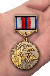 Медаль Жена офицера в футляре с удостоверением - вид на ладони