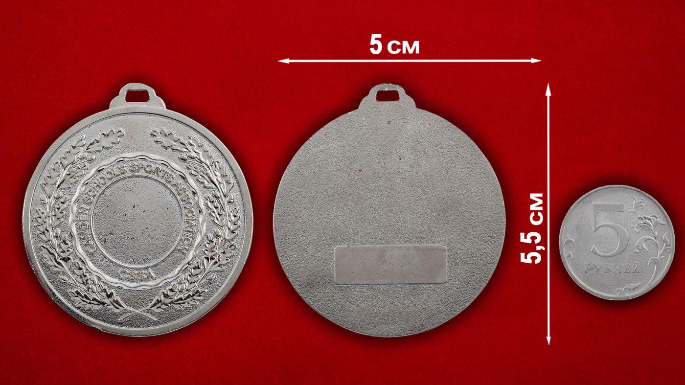 Медальон Ассоциации спортшкол Кэмдена, Лондон - сравнительный размер