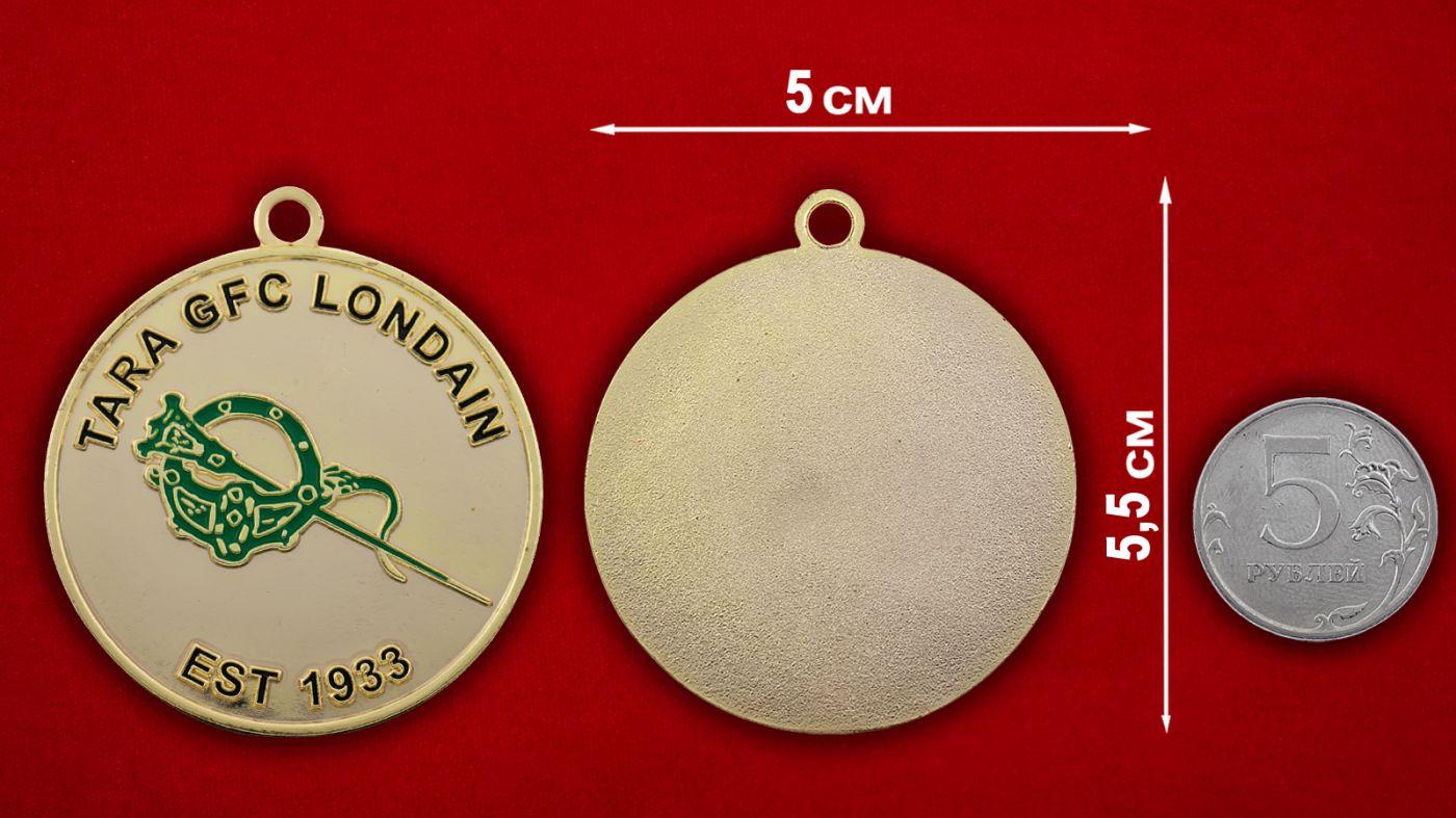 Медальон Гэльского футбольного клуба Лондона - сравнительный размер