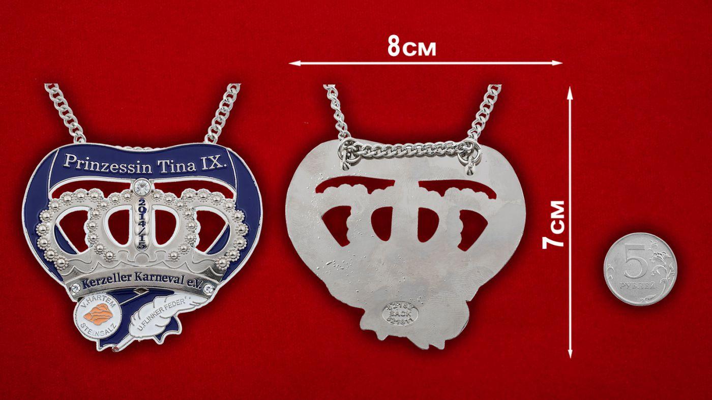 Медальон Принцессы карнавала в Керцелле - сравнительный размер