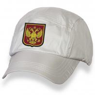 Модная бейсболка с вышитым гербом Российской Федерации.