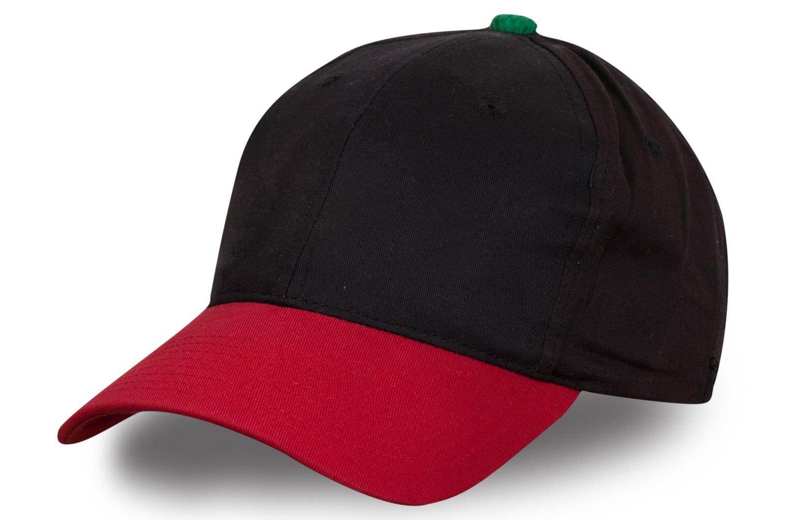Модная бейсболка с красным козырьком