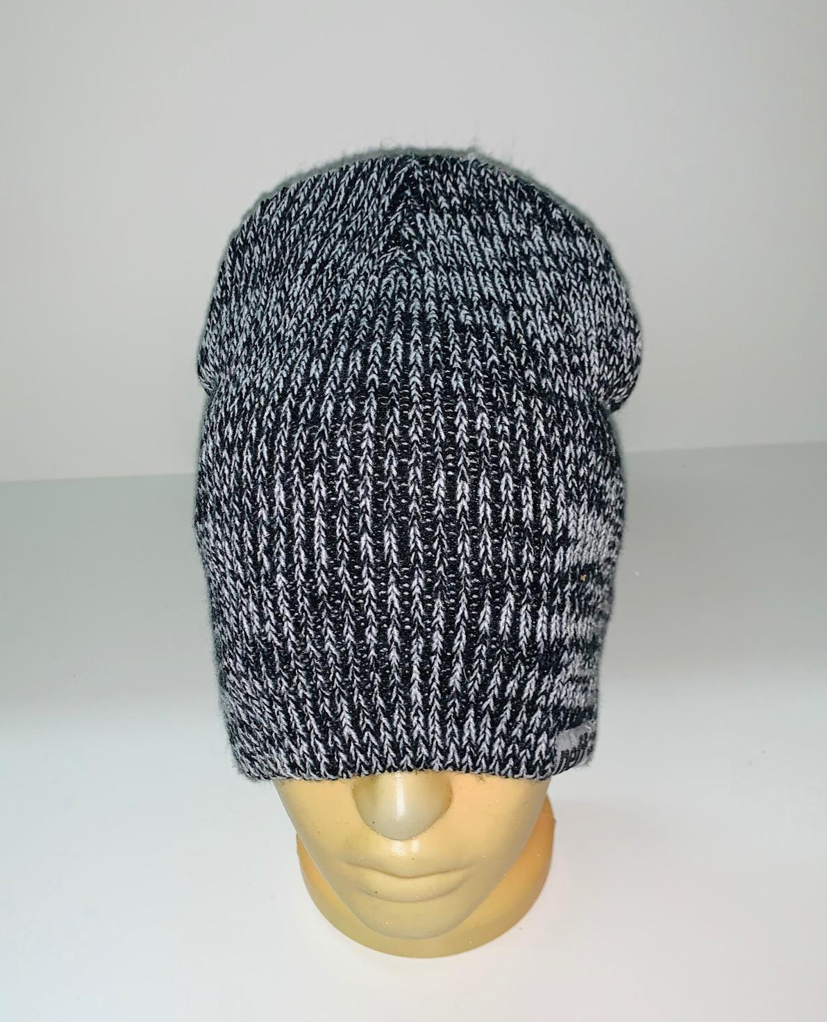 Модная бело-черная шапка