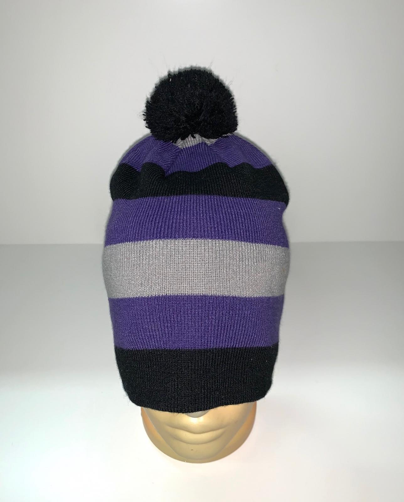 Модная полосатая шапка с помпоном