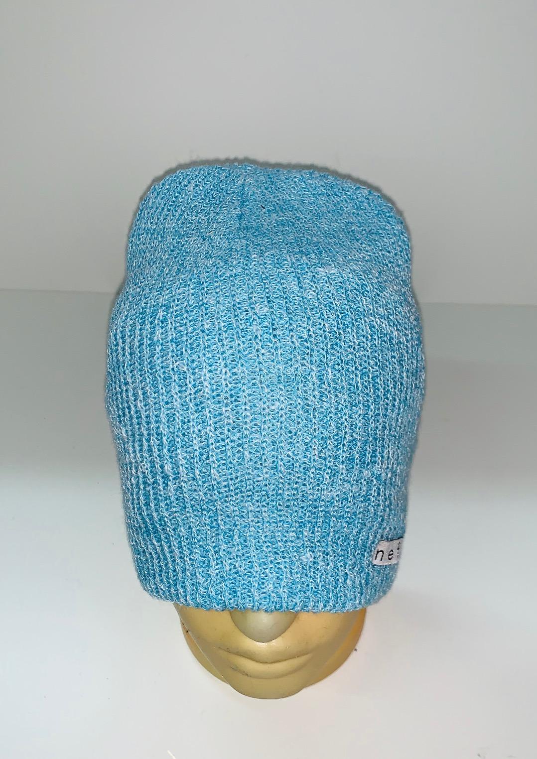Модная шапка голубого цвета