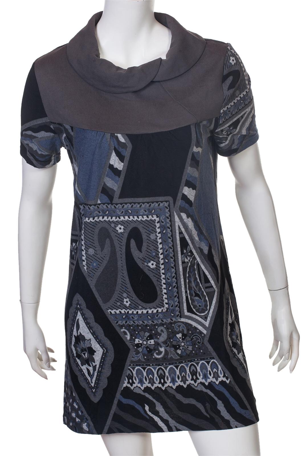 Модное мини-платье с крутым воротом